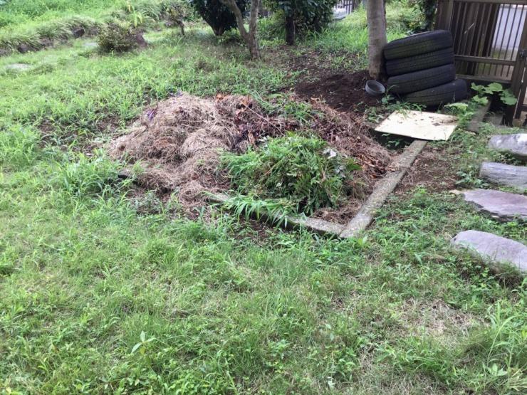 草を抜き積み上げているところ